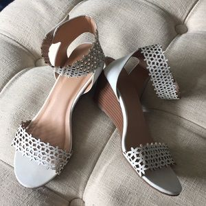 White 🌸 patterned ankle strap sandals size 8